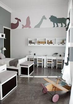 Erg leuk idee, deze silhouetten van jungledieren op de muur schilderen in je babykamer! Mooi met grijstinten, zou zelf wat meer kleur in de accessoires stoppen. Tip voor als je zelf wilt gaan schilderen: projecteer de silhouetten op de muur dmv een beamer of diaprojector (genoeg afbeeldingen te vinden via Google-afbeeldingen), omtrekken, en schilderen maar! Je kunt dezelfde silhouetten natuurlijk ook terug laten komen op bv een zelfbeplakte lampenkap!