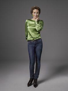 Unser neues DOLZER Blusenmodell Luna ist ein absolutes Must-have, das in jeden Kleiderschrank gehört. Das Allround-Talent ist lässig wie ein Shirt und elegant wie eine Bluse. Tragen Sie Ihre neue Bluse daher je nach Laune sowohl zum Hosenanzug oder Kostüm als auch zur sportlichen Chino oder zum legeren Rock. Besonders angenehm und luftig leicht trägt sich die Bluse aus zarten Seidenstoffen.