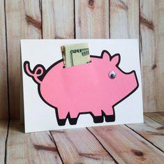 felicitaciones cumpleaños, tarjeta de cumpleaños original con cerdito rosa y billetes como regalo