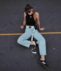 Der iconic Samba Sneaker von Adidas Originals hat jetzt ein 2018 Makeover bekommen. Adidas Originals, Athleisure Trend, Berlin Fashion, Street Style Summer, Samba, Short Skirts, My Outfit, Mom Jeans, Berlin Street