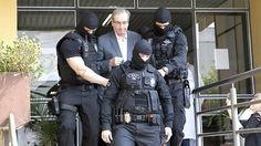 Cunha foi escoltado por homens da Polícia Federal ao ser preso, logo após perder o mandato