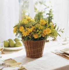 En una cesta de fibras  Los cestos de fibras son perfectos para arreglos florales y especialmente para dar un toque rústico. Ramo de flores ...