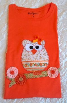CAMISETA BÁSICA - AMO CORUJAS Personalized T Shirts, Sewing For Kids, Christmas Shirts, Fashion Kids, Refashion, Boy Or Girl, Patches, Tee Shirts, Quilts
