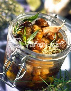 Pokud stejně jako u nás máte rádi houby na kyselo, můžete si je připravit i doma. První houby už dávno rostou. Dip, Vinaigrette Dressing, Food Crush, Chutney, Pesto, Pickles, Cucumber, Tapas, Vegetarian Recipes