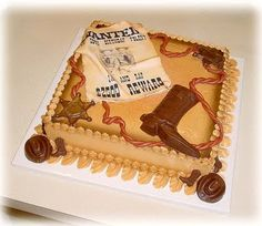Esse bolo fica lindo com os cookies tema cowboy sobre ele! Repare, bota, estrela, chapéu, aviso!