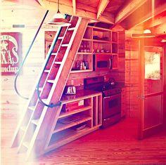 """Viele Kleinsthäuser haben ein Loft zum Schlafen. Und meist irgendwo eine Leiter um da hoch zu kommen. """"Treppen sind einfach zu groß um sie in ein kleines Haus zu bauen."""" Das dies so nicht stimmt be..."""