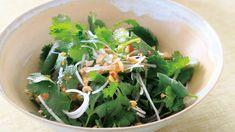 本多 京子さんのコリアンダーを使った「コリアンダーのエスニックサラダ」のレシピページです。コリアンダーの香りが存分に楽しめる、シンプルなサラダ。鶏のから揚げや冷ややっこ、ラーメンなどにトッピングしても。 材料: コリアンダー、ねぎ、ピーナツ、A Herb Recipes, Asian Recipes, Ethnic Recipes, Recipe Boards, Seaweed Salad, Japanese Food, Spinach, Dessert Recipes, Food And Drink