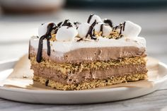 Make your life easier with this creamy No-Bake S'mores 'Cake'! With chocolate pudding layered between crunch graham crackers, you'll love taking a bite of this No-Bake S'mores 'Cake' and sharing with all of your friends. Köstliche Desserts, Delicious Desserts, Dessert Recipes, Yummy Food, Party Recipes, No Bake Treats, Yummy Treats, Sweet Treats, Biscuits Graham