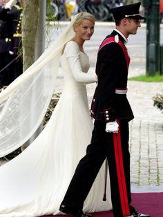 Bei ihrer Trauung 2001 trug Mette-Marit ein schlichtes Brautkleid mit langen Armen des norwegischen Designers Ove Harder Finseth.