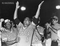 Mauro Méndez (izquierda) y Pompeyo Davalillo (derecha) celebrando que el equipo de las Águilas del Zulia se tituló campeón de la temporada 1988-89 del béisbol profesional venezolano ante los Tigres de Aragua. Estadio José Pérez Colmenares de Maracay. 30-01-1989 (JACOBO LEZAMA / ARCHIVO EL NACIONAL)