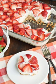 Strawberry Pretzel Bars: these no bake sweet and salty cheesecake bars are the perfect recipe for dessert! Summer Desserts, Easy Desserts, Delicious Desserts, Yummy Food, Strawberry Pretzel, Strawberry Recipes, Eat Dessert First, Dessert Bars, Best Dessert Recipes