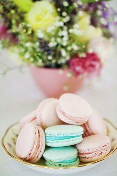 Aqua and pink macarons Macarons, Pastel Macaroons, French Macaroons, Kouign Amman, Laduree Paris, Tea Party Invitations, Tea Party Theme, Cupcakes, My Tea