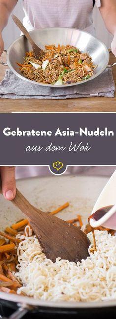 Eiernudeln landen mit Pak Choi, Möhren, Frühlingszwiebeln, Knoblauch und 5-Spice Gewürz im Wok und werden mit Hähnchen ordentlich durchgeschwenkt.