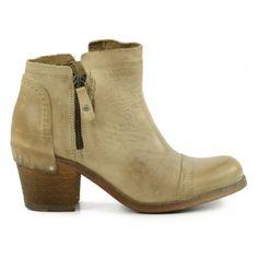 Les pistol boots sont encore tr�s populaires cette saison et indispensables dans toute garde-robe�! Avec une paire de pistol boots en cuir beige de Yellow Cab, passez l�hiver � l�aise. Nous adorons ces bottines basses, car elles sont en cuir de qualit� av