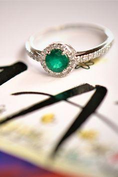 """Máj, lásky čas, praje jedinečnému drahokamu, ktorý sa s týmto mesiacom oficiálne spája. Správne tušíte, je to mystický smaragd. Príznačný práve v týchto časoch, dokonale zahŕňa všetko, v čo dúfame. Všetko, čo chceme, aby sa stalo. Zelená ako symbol nádeje a priateľstva bola až do stredoveku považovaná za farbu lásky. Dnes v smaragdoch tlmočí symbol nového života a nových začiatkov. V našom prípade smaragdového """"tela"""" tohto krásneho zásnubného alebo koktajlového prsteňa Confidence. Heart Ring, Emerald, Sapphire, Engagement Rings, Diamond, Jewelry, Jewellery Making, Wedding Rings, Jewlery"""