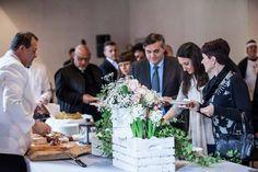 Al buffet non possono mancare i fiori: cassettine in legno shabby con bulbi, edera e rose