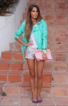printed floral shorts style outfit | Look con shorts con estampado floral, cazadora azul menta y bailarinas ...