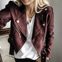 Casual Leather Jacket Ideas To Change Your Style 10 - Leather jackets have gained iconic status. They are generally gray, black or brown in color. Today, the leather jacket is not only outerwear which pro. Mode Outfits, Fall Outfits, Casual Outfits, Fashion Outfits, Summer Outfits, Fashion Tips, Fashion Trends, Moda Rock, Burgundy Leather Jacket