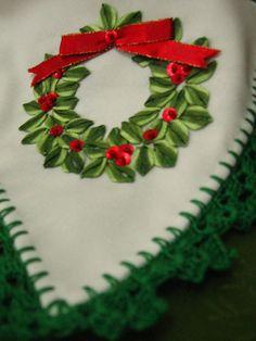 A Mano: Panera blanca con corona navideña bordada en cinta