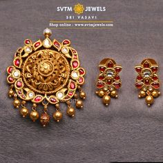 A gold creeper with uncut Diamond ,Ruby Stones flowers makes for a lovely sight! this yellow gold pendant and earrings studded with floral and mayur Designs. Gold Jhumka Earrings, Gold Bar Earrings, Gold Earrings Designs, Antique Jewellery Designs, Gold Jewellery Design, Gold Jewelry, Gold Pendent, Pendant Set, Ruby Bangles