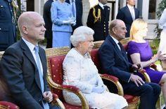 Sua Majestade em uma vestimenta Angela Kelly com nós de fios brilhantes (Foto: Getty images)