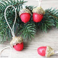DIY : Décorations de Noël en velours avec des glands Diy Décoration, Gnomes, Glands, Christmas Diy, Creations, Strawberry, Fruit, Gifts, Fabric Dolls