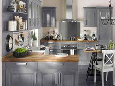 Plusieurs nuances de la couleur taupe s'harmonisent dans cette salle à manger au style rustique chaleureux.