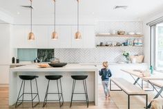 This interior and fashion stylist reveals all her tips and tricks The Grace Ta White Kitchen Ideas fashion Grace Interior reveals stylist Tips Tricks Kitchen Tiles, Kitchen Flooring, Kitchen Wood, Kitchen Sink, Home Decor Kitchen, New Kitchen, Kitchen White, Purple Kitchen, Home Interior