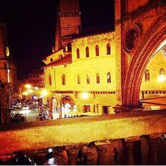 Bologna, Piazza della Mercanzia, foto di @Nina Gonzalez Gonzalez Mattarella Miccichè
