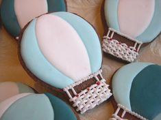 Biscotti decorati a forma di mongolfiera: la ricetta ed un semplice tutorial per prepararli. Biscotti decorati con ghiaccia reale, in pasta frolla al cacao.
