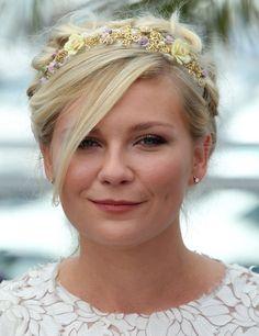 Kirsten Dunst. Un recogido al estilo nido hace resaltar la diadema de la actriz, en estilo barroco. La sencillez del maquillaje y los pendientes y la ausencia de collares hace recaer todo el peso del look en el adorno del pelo.