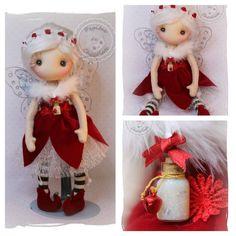 Una preciosa hada que adornará tu casa en esas fechas tan señaladas como es la Navidad. Esta realizada a mano, con materiales naturales.  Cuerpo realizado en algodón y vestido en terciopelo rojo Mide 39 cm
