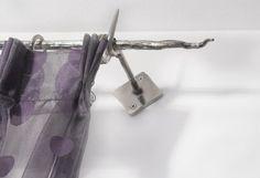 Particolare di tenda in tessuto d'organza a lavorazione devoré effetto optical, confezione a pieghe a rilievo, posa in sospensione su bastone in acciaio inox forgiato a mano con superficie effetto corteccia. Realizzato da Tappezzeria Semenzato di Mestre