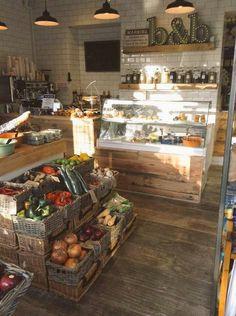 Fresh fruit & veg and juice bar. Produce Displays, Store Displays, Market Displays, Bar Restaurant, Restaurant Design, Cafe Design, Store Design, Tante Emma Laden, Deco Cafe