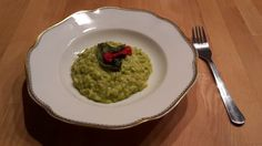 Montagsmenü 57: Avocado-Risotto mit gebackenem Basilikum Meals For One, Guacamole, Avocado, Menu, Cooking, Ethnic Recipes, Food, Basil, Backen
