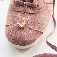Mine nye sko passer perfekt til et kirsebærvedhæng med rosa ferskvandsperler ( - og det er jo supervigtigt😉) 🍒🍒🍒 #cherryberry #kirsebær #ferskvandsperler #freshwaterpearls #heltvildmedperler #gold #guld #silver #sølv #diamond #diamant #smykker #jewelry #jewellery #guldsmed #jeweller #goldsmith #handcrafted #handmade #danishdesign #guldsmedlouisedegn
