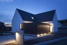 平屋デザインの家 OUCHI-41|建築家「石川淳」が手掛けた注文住宅事例。掲載写真数:13枚/延床面積:112.1㎡/所在地:静岡県/間取り:3LDK/敷地面積:299.45㎡/平屋 Modern Bungalow, Lighting Design, Minimalism, Farmhouse, Exterior, Mansions, Architecture, House Styles, Building