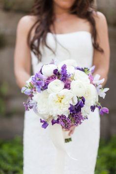 ramo de novia morado y blanco
