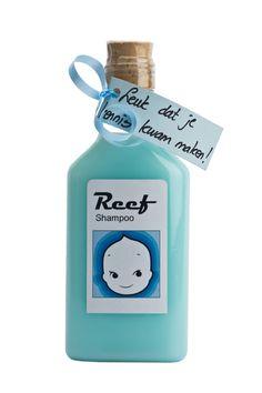 Een voorbeeld van een eigen gemaakt flessenpost geboorte bedankjes. Bij ons gekocht de flesjes, sticker, kaartje en lint. Zelf lichtblauwe shampoo in de winkel gekocht.