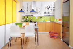 Tapety to wciąż modne wykończenie ścian w kuchni. Podpowiadamy, jak zrobić tapetę własnego pomysłu i pokazujemy, jak przykleić ją do ściany...