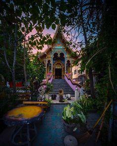Tudo é uma questão de ponto de vista. Reparem na expressividade nessa foto do templo em Chiang Mai. #calçathai #tailândia #templo #budismo #arquitetura #fotografia #cores #culturatailandesa