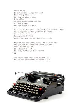 Die seltene, tragbare Groma Modell N produzierte VEB Groma Büromaschinen ca. 1940/41 in Deutschland. Der Hersteller Groma ist bekannt für seine berühmten Groma Kolibri Schreibmaschine. Das Modell N war wie der Kolibri von Leopold Ferdinand Pascher entworfen.  Es ist eine erstaunliche Schreibmaschine, weil alles einfach perfekt ist. Die kurvige Körper ist sehr harmonisch, elegant und gut durchdacht, die Maschine sieht schön aus jeder Engel. Sie können auch sehen, wie viel Liebe im Detail, wie…