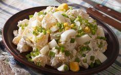 Συνταγή για πατατοσαλάτα με αυγά. Ταιριάζει με ψητά ή βραστά λουκάνικα, κοτοόπουλο, κρεατικά. Συνοδευτικό στα μπάρμπεκιου.