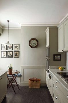 The Shaker-style units in this London kitchen were conceived by designer Emma Burns, and built by Marek Kielen; they and the walls are painted in 'Hardwick White', by Farrow & Ball, which gives the room a serene and timeless quality. Interior, Modern Country Kitchens, Kitchen Design Gallery, Home Decor, Farrow Ball, Modern Country Style, Kitchen Styling, Farrow And Ball Kitchen, Kitchen Design