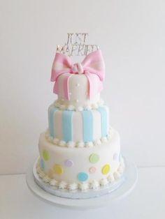 ケーキデザイン7 パステルカラーにストライプのピンクな大きなリボンがポップなウェディングケーキ