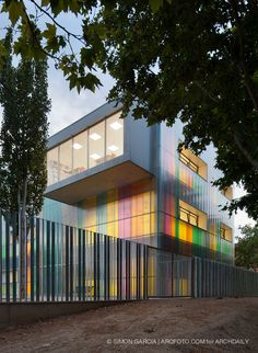 School in Ejea de Los Caballeros / Cruz Diez García + Santiago Carroquino Larraz. Exterior finish of facade is solved with a system modular cellular polycarbonate without views bindings, by applying a selection of colors using vertical stripes that stylize the building and create a dynamic and interactive game around children