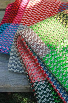 Jacquard haken doe je zo Eerst een klein beetje uitleg Jacquard haak je met twee verschillende kleurdraden wol tegelijk, waarbi...
