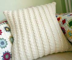 ALMOFADA Parece tricô mas é feita em crochê... Entre e veja o passo a passo, Cabled cushion/...