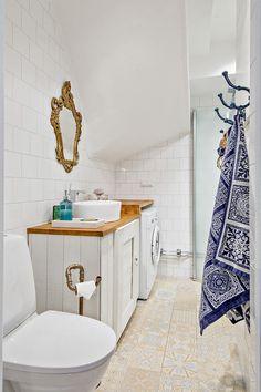 Двухэтажный таунхаус. На первом этаже кухня с обеденной зоной, гостиная и санузел с душевой кабиной. На втором этаже две спальни, детская комната и ванная комната. Кухня с деревянными окрашенными фасадами, деревянная столешница. Белая плитка на стенах....
