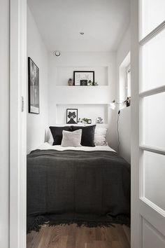 55 Small Master Bedroom Ideas November Leave a Comment There is no reason at all that a small bedroom even a really tiny bedroom can't be every bit as gorgeous, relaxing, and just plain full of personality as a much larger space. Very Small Bedroom, Small Room Bedroom, Small Rooms, Small Spaces, Bedroom Decor, Bed Rooms, Cozy Bedroom, Bedroom Setup, Tiny Master Bedroom